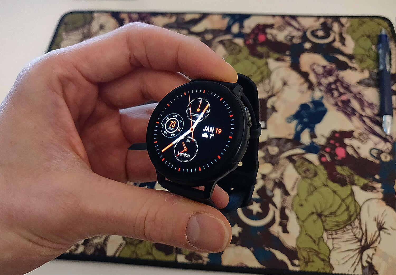 arvostelussa-galaxy-watch-active-2-kadessa