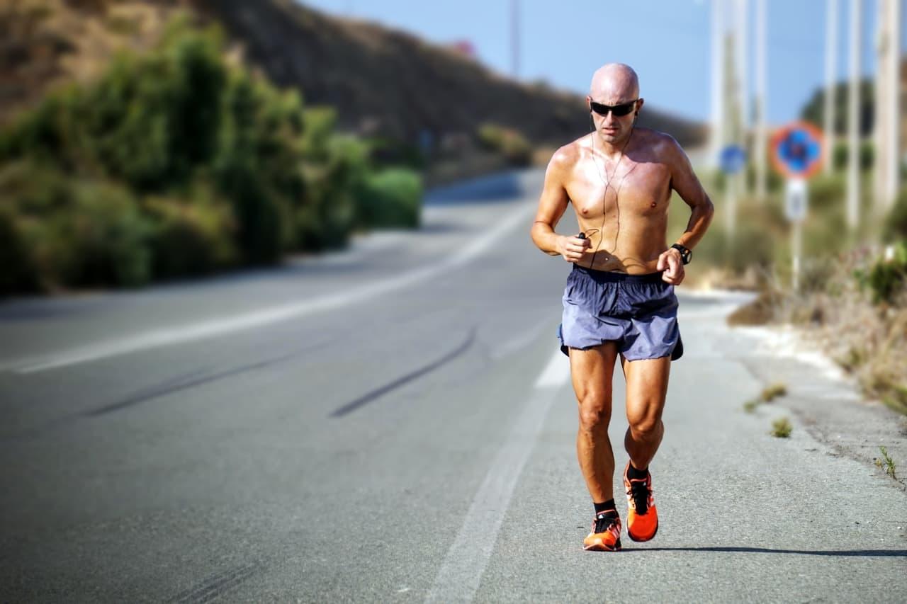 mies-juokseminen-juoksu-kesa-tie