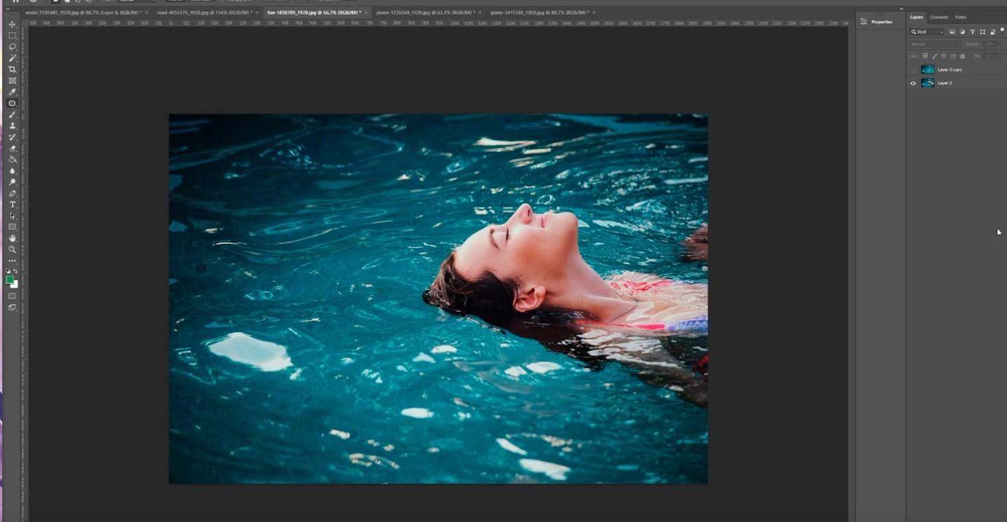Nainen vedessä kuvan poisto operaatio